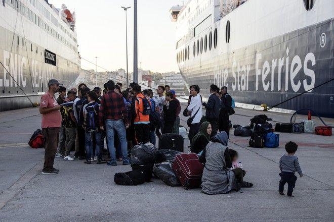 Άφιξη προσφύγων και μεταναστών από την Λέσβο στο λιμάνι του Πειραιά