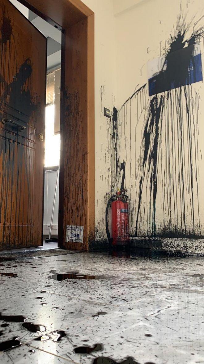 Επίθεση του Ρουβίκωνα με μπογιές στο πολιτικό γραφείο της Κεραμέως