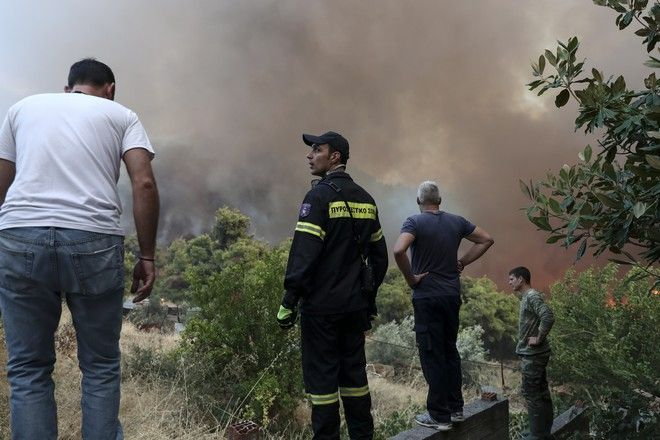 Δαμάζουν τις φλόγες και τον φόβο τους για να σώσουν ανθρώπινες ζωές, περιουσίες και την ανάσα ζωής μας το πράσινο. Πιλότοι των εναέριων μέσων και πεζοπόρα τμήματα είναι οι άνθρωποι που κάθε φορά ξεπερνούν τους εαυτούς τους, σε αντίξοες συνθήκες και ρίχνονται στην μάχη με την καταστροφή. Στιγμιότυπα από την μεγάλη πυρκαγιά στην Εύβοια
