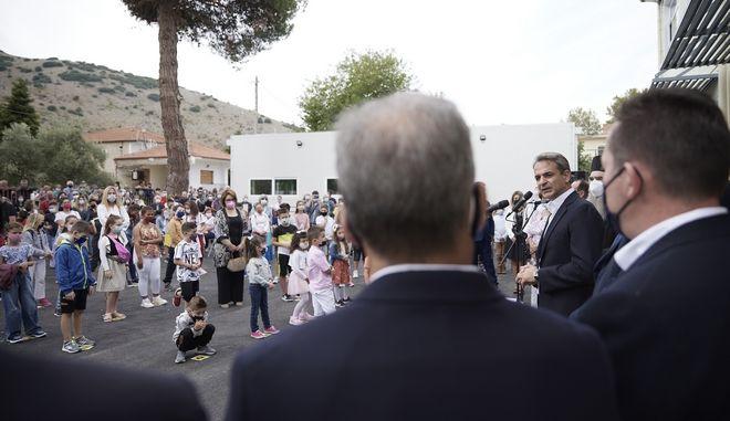 Μητσοτάκης: Αγιασμός στο νέο σχολείο στο Δαμάσι και δίπλα... κοντέινερ