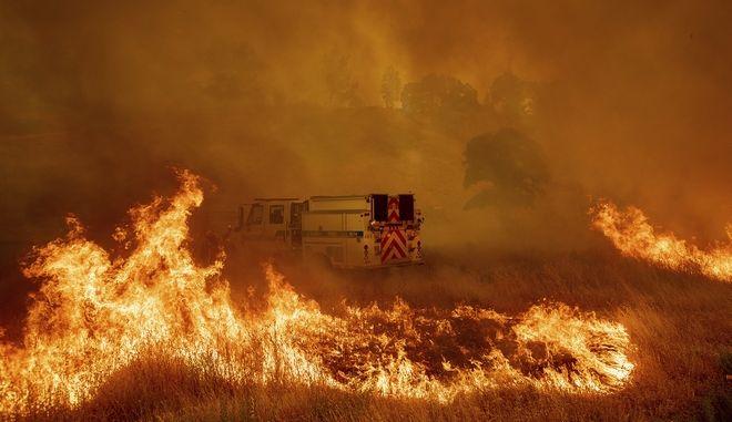Όχημα της Πυροσβεστικής περικυκλωμένο από τις φλόγες στην Καλιφόρνια των ΗΠΑ