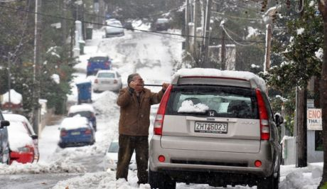 Παραμένουν τα προβλήματα κυκλοφορίας από τη χιονόπτωση στην Αττική