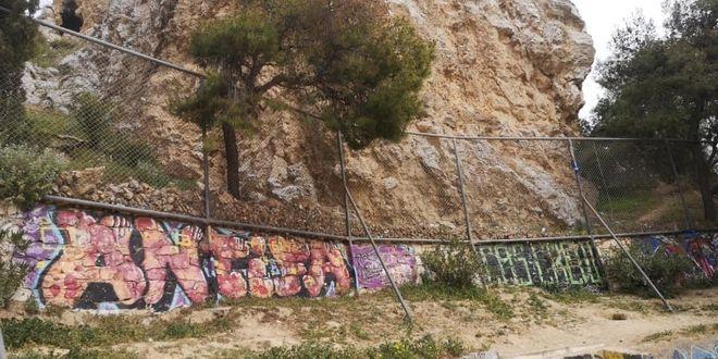 Απασφαλισμένη χειροβομβίδα βρέθηκε στον Λόφο του Στρέφη, δίπλα στο ανοιχτό γήπεδο μπάσκετ