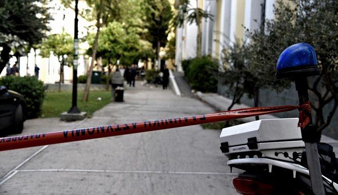 Αστυνομικοί ερευνούν το χώρο στα δικαστήρια της Ευελπίδων
