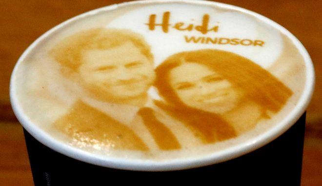 Ένα φλυτζάνι καπουτσίνο με τα πρόσωπα του Πρίγκιπα Χάρι και της Μέγκαν Μαρκλ σε καφέ στην πόλη του Ουίνδσορ