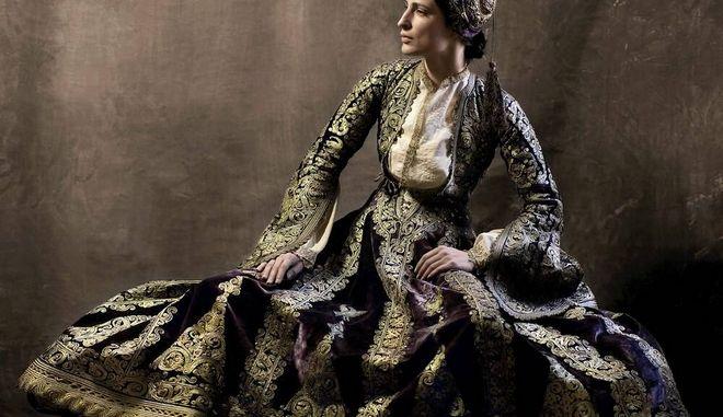 Η Έστερ Μαστρογιάννη φωτογραφήθηκε από τον Βαγγέλη Κύρη φορώντας με την παραδοσιακή φορεσιά της κυρά Φροσύνης