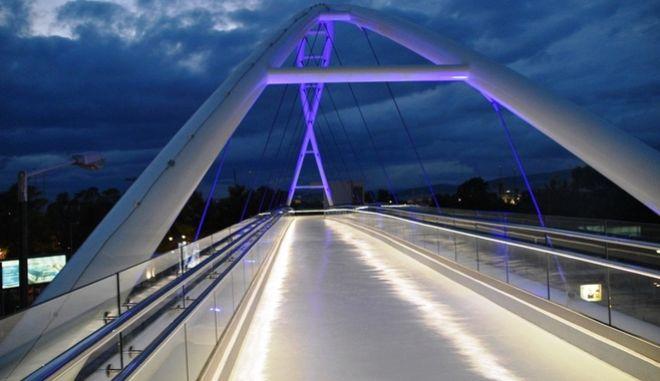 Η νέα σύγχρονη γέφυρα στο Παλαιό Φάληρο.
