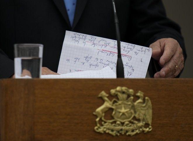Ο Σεμπαστιάν Πινιέρα κρατά τις σημειώσεις του κατά τη διάρκεια ομιλίας του