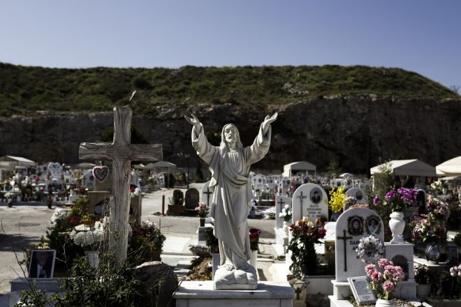 Saint Thomas Sunday at Schisto cemetery, where Pontic Greeks eat and drink next to the graves of their lost ones. In Athens, on Apr. 19, 2015 /                  . , 19 , 2015