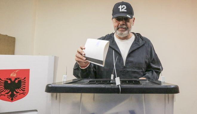 O Έντι Ράμα ψηφίζει στις εκλογές της Αλβανίας.