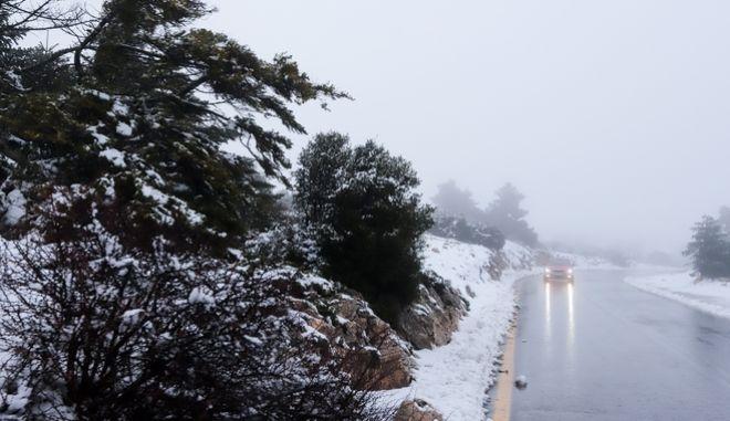 Καιρός: Πρωτοχρονιά με καταιγίδες και χιόνια - Κλειστή η λεωφόρος Πάρνηθος - Προβλήματα στην Πελοπόννησο