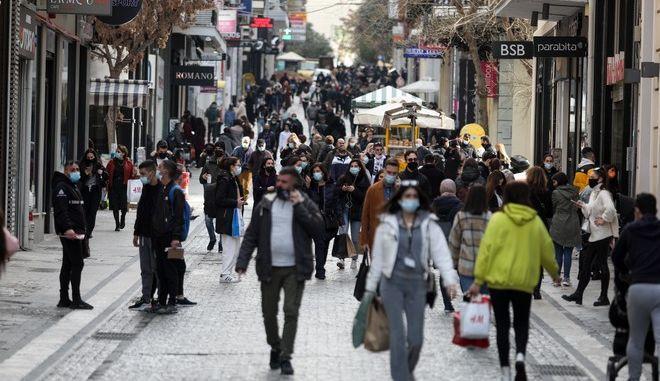 Κόσμος περπατά στα καταστήματα της Ερμού