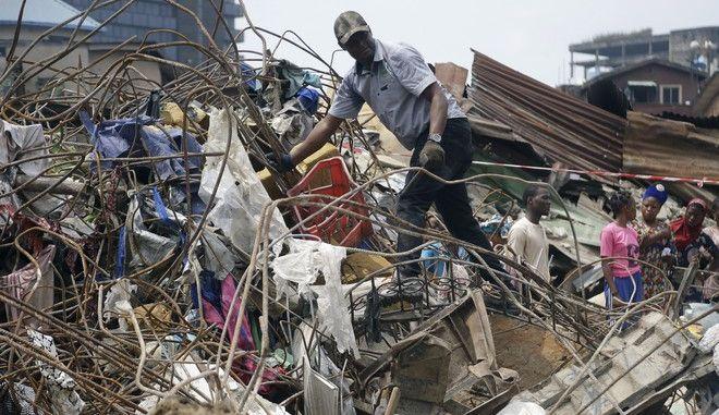 Έρευνες στο σημείο όπου κατέρρευσε το κτίριο στο Λάγος