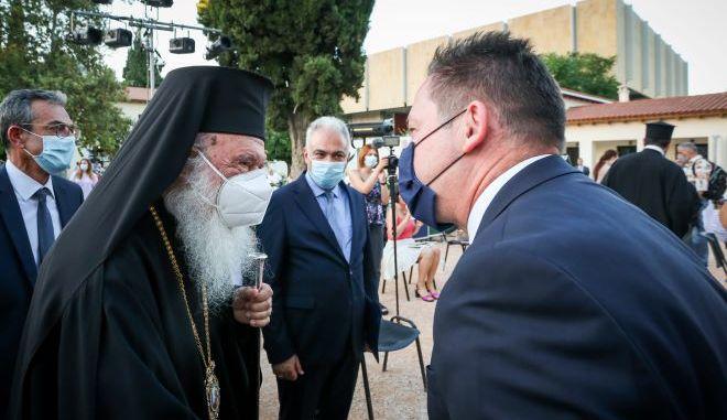 Ο Αρχιεπίσκοπος Αθηνών και πάσης Ελλάδος, Ιερώνυμος,με τον Αναπληρωτή Υπουργός Εσωτερικών, Στέλιο Πέτσα (φωτογραφία αρχείου)