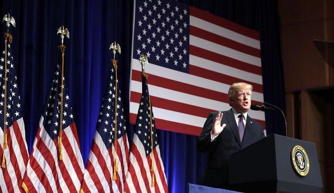 Επικυρώθηκε από τον Τραμπ ο νόμος για τη φορολογική μεταρρύθμιση