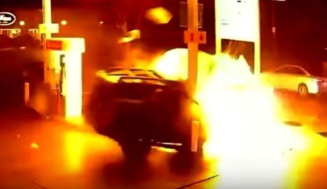 Βίντεο: Αυτοκίνητο πέφτει σε πρατήριο καυσίμων και εκρήγνυται - Σώοι οι επιβάτες