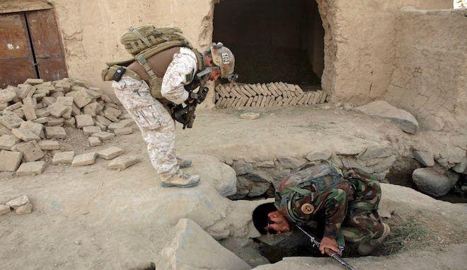 Μέλος των ειδικών δυνάμεων των ΗΠΑ και ένας στρατιώτης του Εθνικού Στρατού του Αφγανιστάν ψάχνουν βόμβες στο δρόμο (φωτογραφία αρχείου)