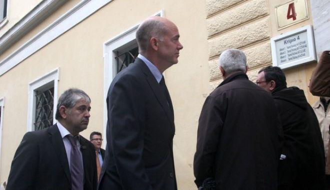 """Ο Αντρίκος Παπανδρέου εισέρχται  στα δικαστήρια της Οδού Ευελπίδων την Πέμπτη 24 Ιανουαρίου 2013 για την δίκη του με τον πόεδρο των """"Ανεξάρτητων Ελλήνων"""", Πάνο Καμμένο για την υπόθεση των CDS. (EUROKINISSI/ΣΥΝΕΡΓΑΤΗΣ)"""