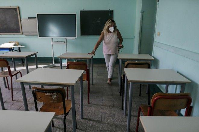 Δασκάλα στη Ρώμη επιθεωρεί την αίθουσά της στην οποία υπάρχουν μονά θρανία
