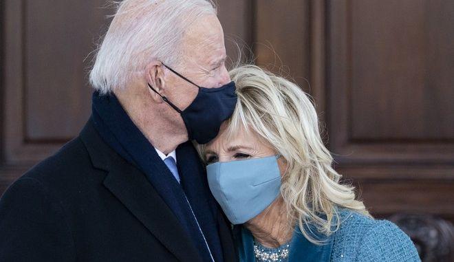 Η Τζιλ Μπάιντεν στην αγκαλιά του συζύγου της