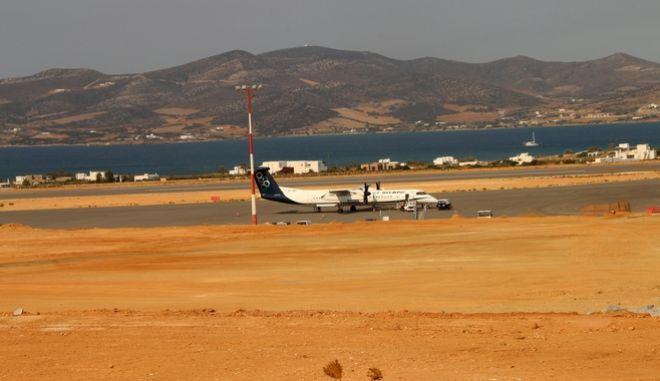Με παρουσία εκατοντάδων Παριανών, αλλά καί ξένων επισκεπτών έγινε η υποδοχή της πρώτης αφιξης πτήσης στό νέο αεροδρόμιο Πάρου την Δευτέρα 25 Ιουλίου 2016. Η πρώτη επίσημη πτήση στο νεότευκτο αεροδρόμιο, πραγματοποιήθηκε με 78θέσιο αεροσκάφος Dash 8 Q400 της εταιρείας Olympic Air. Το νέο αεροδρόμιο δίνει την δυνατότητα προσγείωσης - απογείωσης σε μεγαλύτερα αεροσκάφη, γεγονός που αυξάνει τις διαθέσιμες θέσεις επιβατών, ιδίως κατά την θερινή περίοδο. Ο αεροσταθμός έκτασης 750 τ.μ. έχει προοπτική επέκτασης στα 5.000 τ.μ., συμπεριλαμβανομένου συνεδριακού και εκθεσιακού κέντρου. Το νέο αεροδρόμιο της Πάρου έχει δυνατότητα απευθείας σύνδεσης με όλα τα αεροδρόμια της χώρας. Το έργο ξεκίνησε το 2012. Τούς πρώτους επιβάτες υποδέχθησαν ο δήμαρχος Πάρου Ι. Κωβαίος, ο περιφερειάρχης Νοτίου Αιγαίου Γ. Χατζημάρκος, ο Μαν. Γλέζος, ο ιδιοκτήτης της Αegean κ. Βασιλάκης, ο βουλευτής Κυκλάδων Ι. Βρούτσης, κ.α. (EUROKINISSI/PANORAMA PRESS/ΑΠΟΣΤΟΛΗΣ ΠΑΠΑΝΙΚΟΛΑΟΥ)