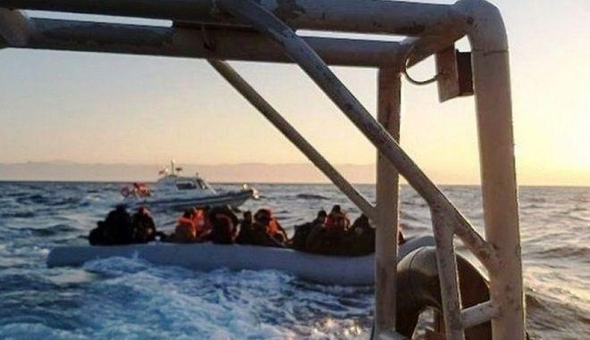 Προσφυγικό: Τουρκική ακταιωρός συνοδεύει βάρκα με κατεύθυνση τη Λέσβο
