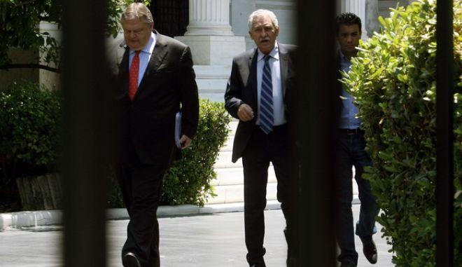 Ο Πρόεδρος του ΠΑΣΟΚ Βαγγέλης Βενιζέλος και ο Πρόεδρος της ΔΗΜΑΡ Φώτης Κουβέλης,βγαίνουν από το Μέγαρο μαξίμου,μετά την ολοκλήρωση της συνάντησης τους με τον Πρωθυπουργό Αντώνη Σαμαρά,Τετάρτη 18 Ιουλίου 2012 (EUROKINISSI/ΤΑΤΙΑΝΑ ΜΠΟΛΑΡΗ)