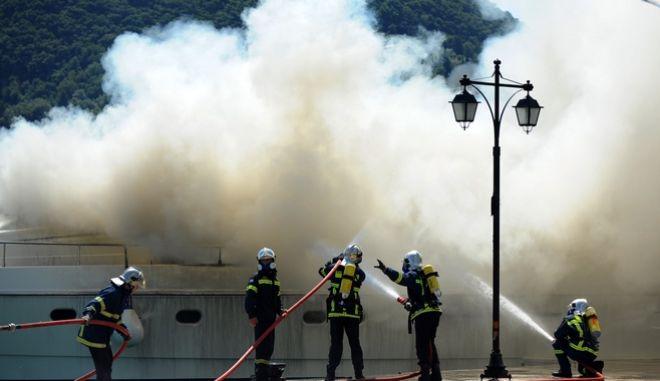 Πυρκαγιά σε ιστιοφόρο σκάφος - φωτογραφία αρχείου