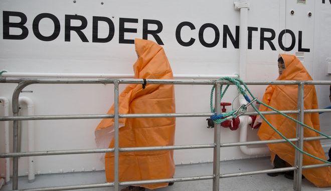 Μετανάστες αποβιβάζονται από πλοίο της Frontex στη Λέσβο