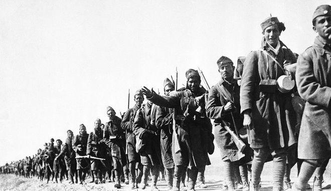 Έλληνες στρατιώτες την 28η Οκτωβρίου 1940 οδεύουν προς το μέτωπο