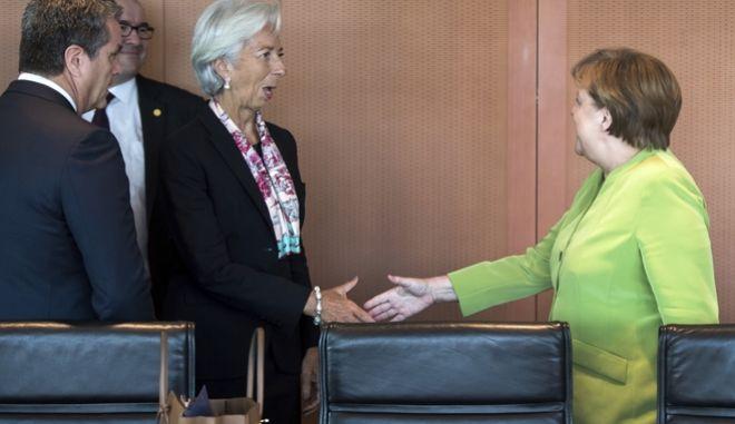 Η Γερμανίδα καγκελάριος Άνγκελα Μέρκελ καλωσορίζει τη γενική διευθύντρια του ΔΝΤ Κριστίν Λαγκάρντ στην καθιερωμένη ετήσια συνάντηση με τους επικεφαλής των μεγάλων διεθνών οικονομικών θεσμών (ΟΟΣΑ, ΔΝΤ, Παγκόσμια Τράπεζα, Παγκόσμιο Οργανισμό Εμπορίου και Διεθνή Οργάνωση Εργασίας) στο Βερολίνο