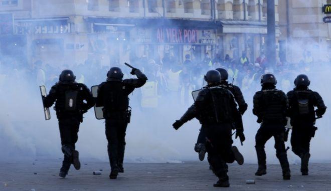 Γάλλοι αστυνομικοί επιτίθενται σε διαδηλωτές