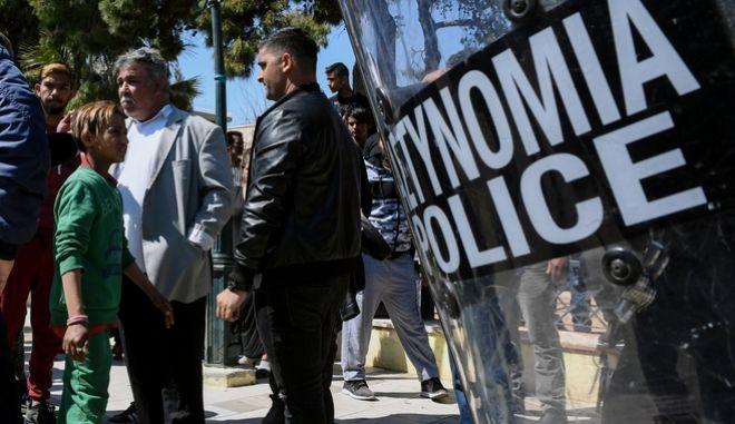 Από τα επεισόδια μεταξύ της αστυνομίας και συγγενών του νεκρού 52χρονου ληστή Ρομά,κατά την προσαγωγή του 35χρονου ιδιοκτήτη σπιτιού , που επιχείρησε να διαρρήξει το βράδυ της Κυριακής.
