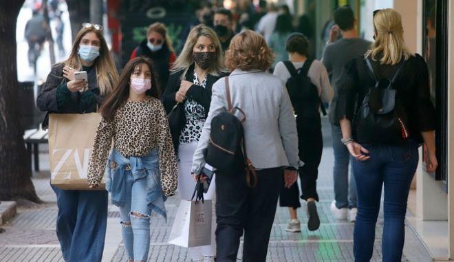 Πολίτες με μάσκα στη Θεσσαλονίκη
