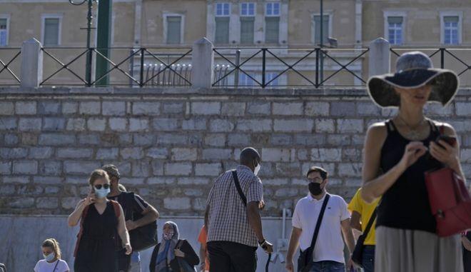 Κόσμος στην Αθήνα εν μέσω πανδημίας
