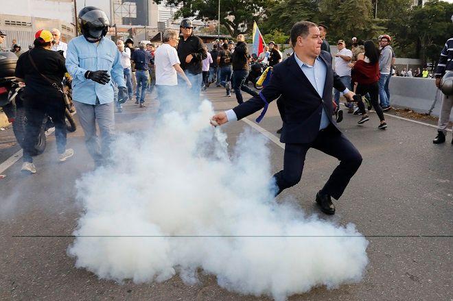 Οπαδός του Γκουαϊδό επιστρέφει δακρυγόνο στην αστυνομία.