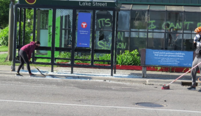 Άνθρωποι καθαρίζουν τους δρόμους στη Μινεάπολη
