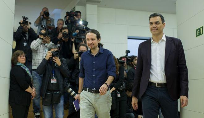 Ο Pedro Sanchez και ο Pablo Iglesias . Φωτογραφία αρχείου.