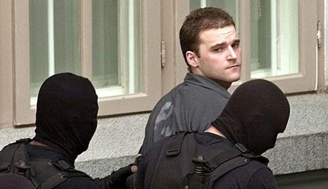 Ειδικές δυνάμεις της Ρουμανίας οδηγούν τον Πάσσαρη στο δικαστήριο
