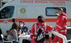 Ιατρική εξέταση στην περιφέρεια της Νάπολης.