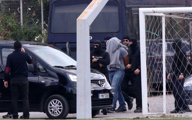 Ο επιχειρηματίας Μιχάλης Λεμπιδάκης (δεν διακρίνεται στην φωτό) μεταφέρθηκε στο ιατρείο της Σχολής Αστυφυλάκων Ρεθύμνου για να του παρασχεθούν οι απαραίτητες βοήθειες, αμέσως μετά την απελευθέρωσή του, την Δευτέρα 2 Οκτωβρίου 2017. Ο επιχειρηματίας, απελευθερώθηκε το πρωί, μετά από αστυνομική επιχείρηση σε μάντρα αυτοκινήτων, σε σκραπ οχημάτων, στο 6ο χιλιόμετρο της Εθνικής Οδού Χανίων β Ρεθύμνου. (EUROKINISSI/ΣΤΕΦΑΝΟΣ ΡΑΠΑΝΗΣ)