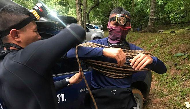 Ταϊλάνδη-Δύτες λίγο πριν μπουν στο σπήλαιο