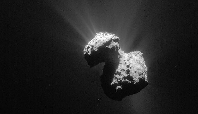 O κομήτης 67P από κάμερα του σκάφους Rosetta τον Ιούλιο του 2015