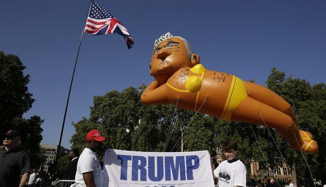 Οι υποστηρικτές τουΤραμπ δίπλα στο μπαλόνι