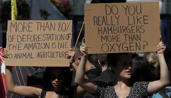 Από τη διαδήλωση στο Λονδίνο.