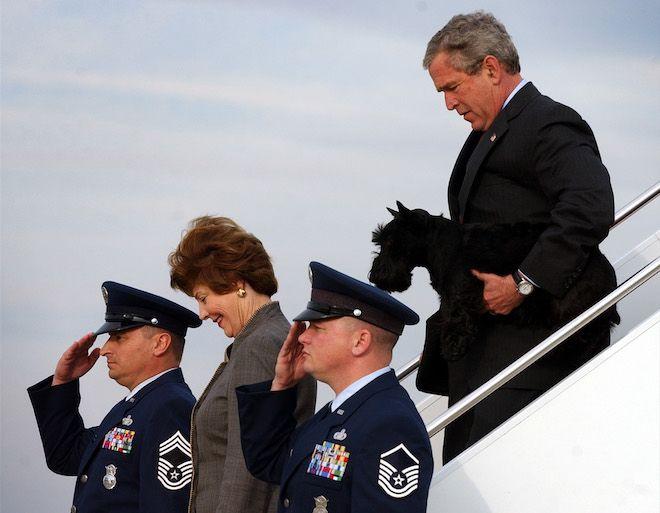 Ο Πρόεδρος Μπους, με την πρώτη κυρία Λάουρα Μπους, μεταφέρει τον σκύλο του Μπάρνεϊ με το Air Force One στη βάση της Πολεμικής Αεροπορίας το 2004, αφού πέρασε την εβδομάδα διακοπών της Πρωτοχρονιάς στο ράντσο του Τέξας.
