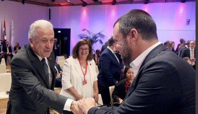 Ο Ευρωπαίος επίτροπος Μετανάστευσης, Ιθαγένειας, Εσωτερικών Υποθέσεων Δημήτρης Αβραμόπουλος με τον Ιταλό υπουργό Εσωτερικών Ματέο Σαλβίνι στη Βιέννη