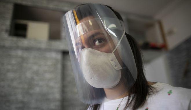Επιστήμονας με προστατευτική προσωπίδα