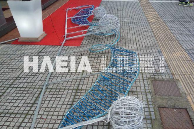 Πύργος: Παραλίγο τραγωδία - Έπεσε ο στολισμός και πλάκωσε οχήματα