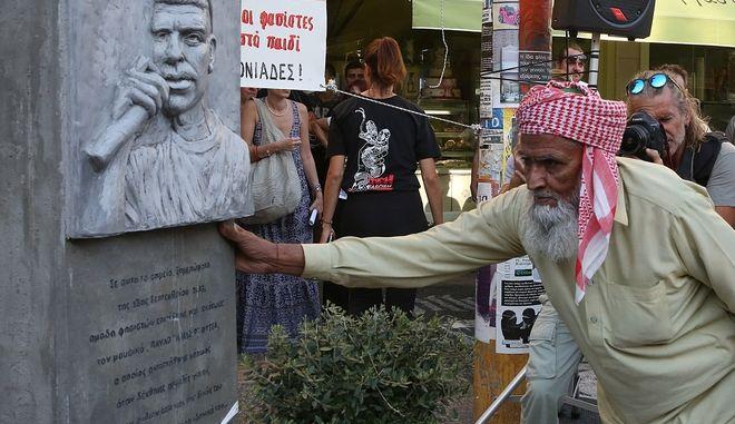 O πατέρας του δολοφονημένου Σαχζάτ Λουκμάν, αποτίει φόρο τιμής στο μνημείο του Παύλου Φύσσα, κατά τη διάρκεια της αντιφασιστικής συγκέντρωσης, την Τετάρτη 18 Σεπτεμβρίου 2019, στο Κερατσίνι